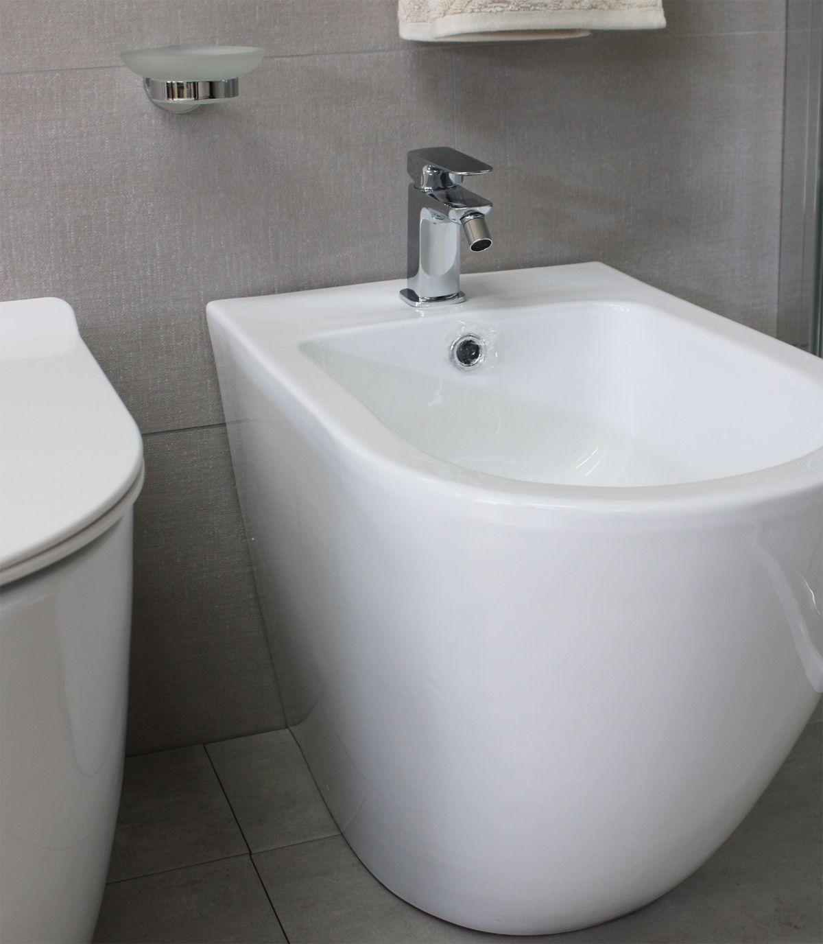 Sanitari Round particolare 5 Sanitari filo muro Round in ceramica Vaso+Bidet+Coprivaso Soft Close
