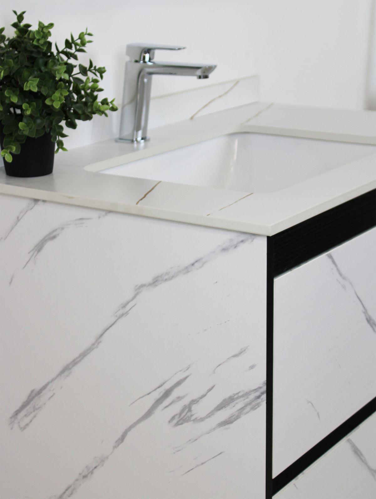 Mobile Bagno sospeso Perugia 3 Mobile bagno Madrid sospeso da 80 cm bianco effetto marmo con lavabo sottopiano specchio e moduli a giorno